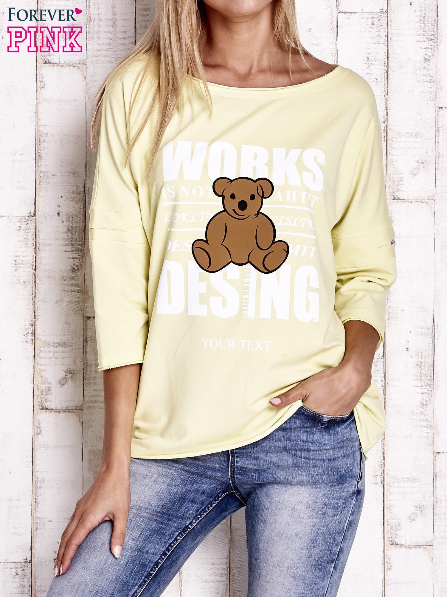 Żółta bluzka oversize z nadrukiem i surowym wykończeniem                                  zdj.                                  1