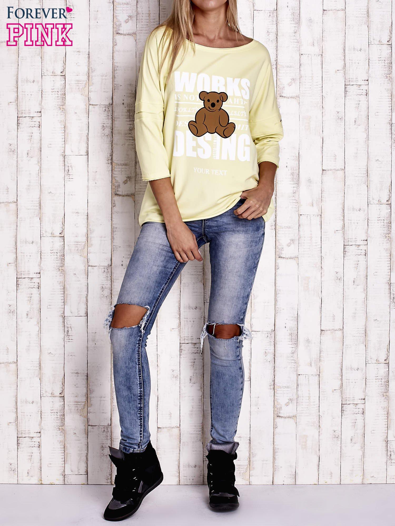 Żółta bluzka oversize z nadrukiem i surowym wykończeniem                                  zdj.                                  2