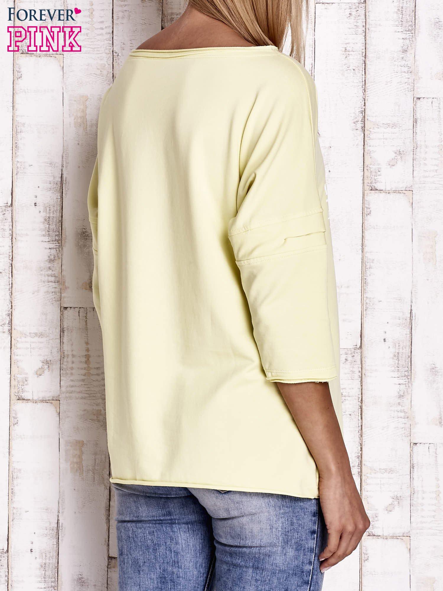 Żółta bluzka oversize z nadrukiem i surowym wykończeniem                                  zdj.                                  4