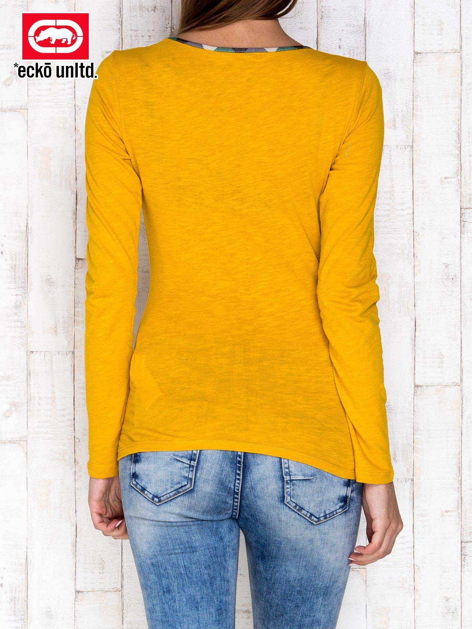 Żółta bluzka z motywem militarnym przy dekolcie                                  zdj.                                  4