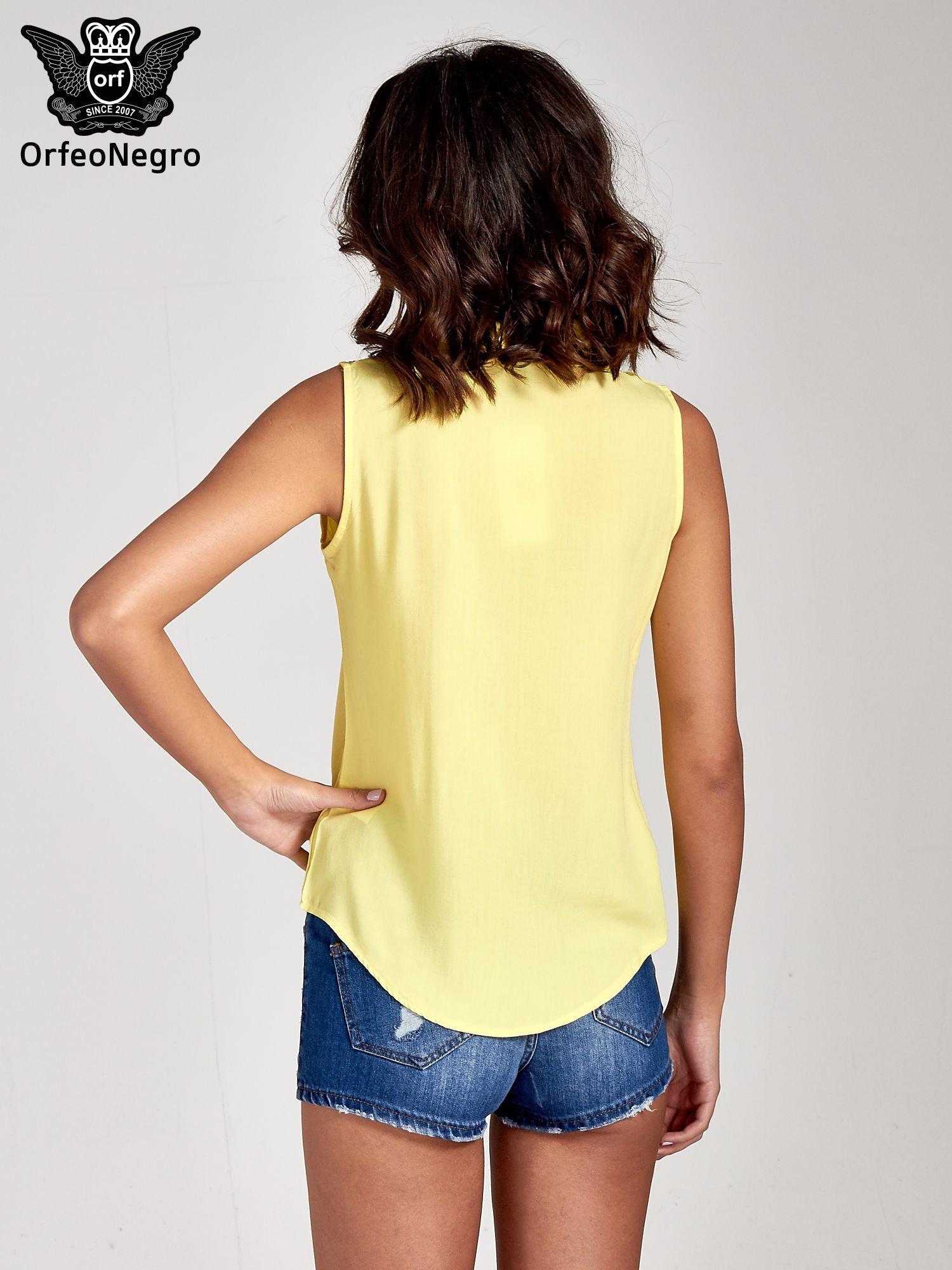 Żółta koszula bez rękawów z kolorowym haftem na górze                                  zdj.                                  5