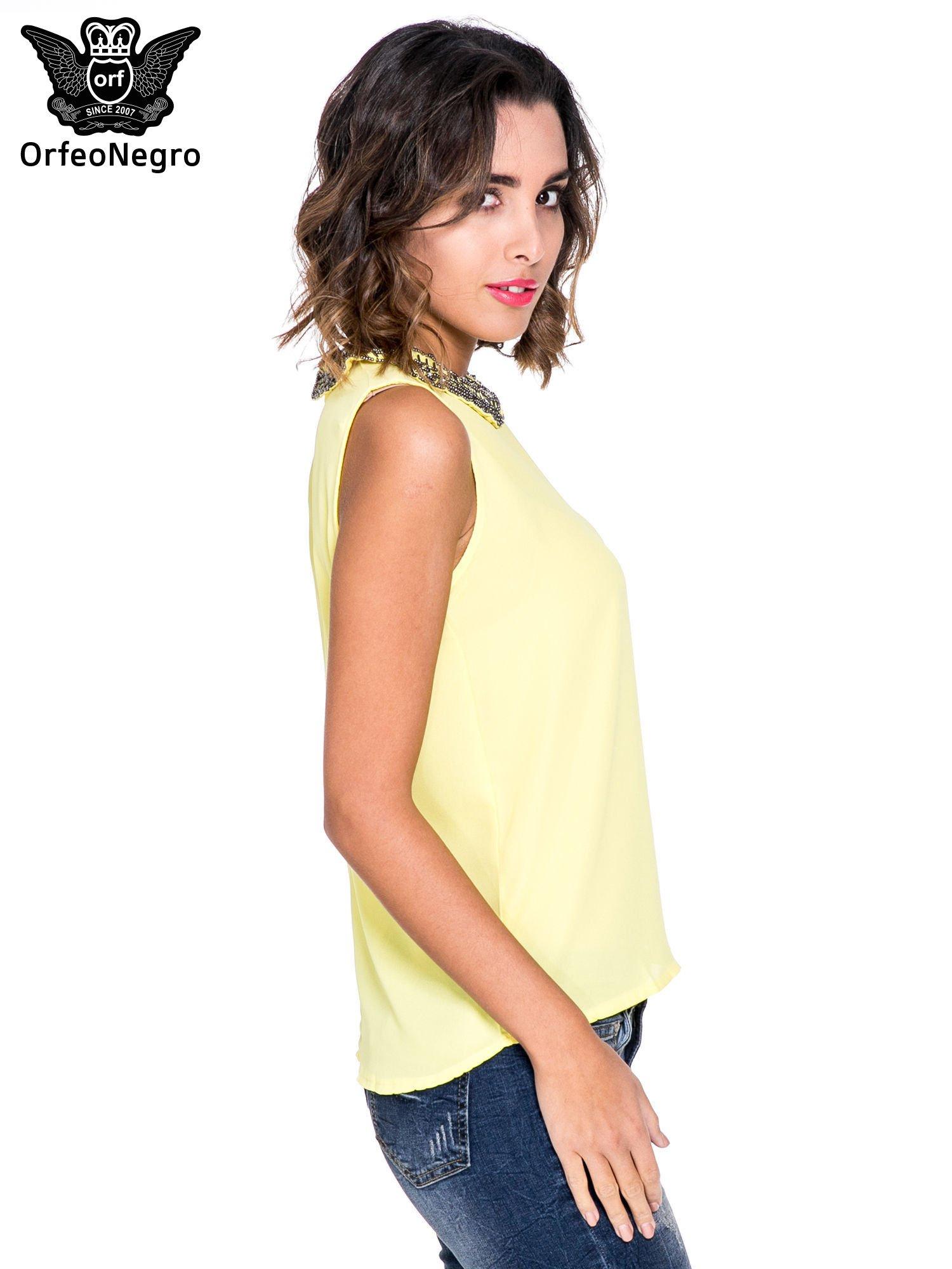 Żółta koszula z okrągłym kołnierzykiem zdobionym cekinami i koralikami                                  zdj.                                  3