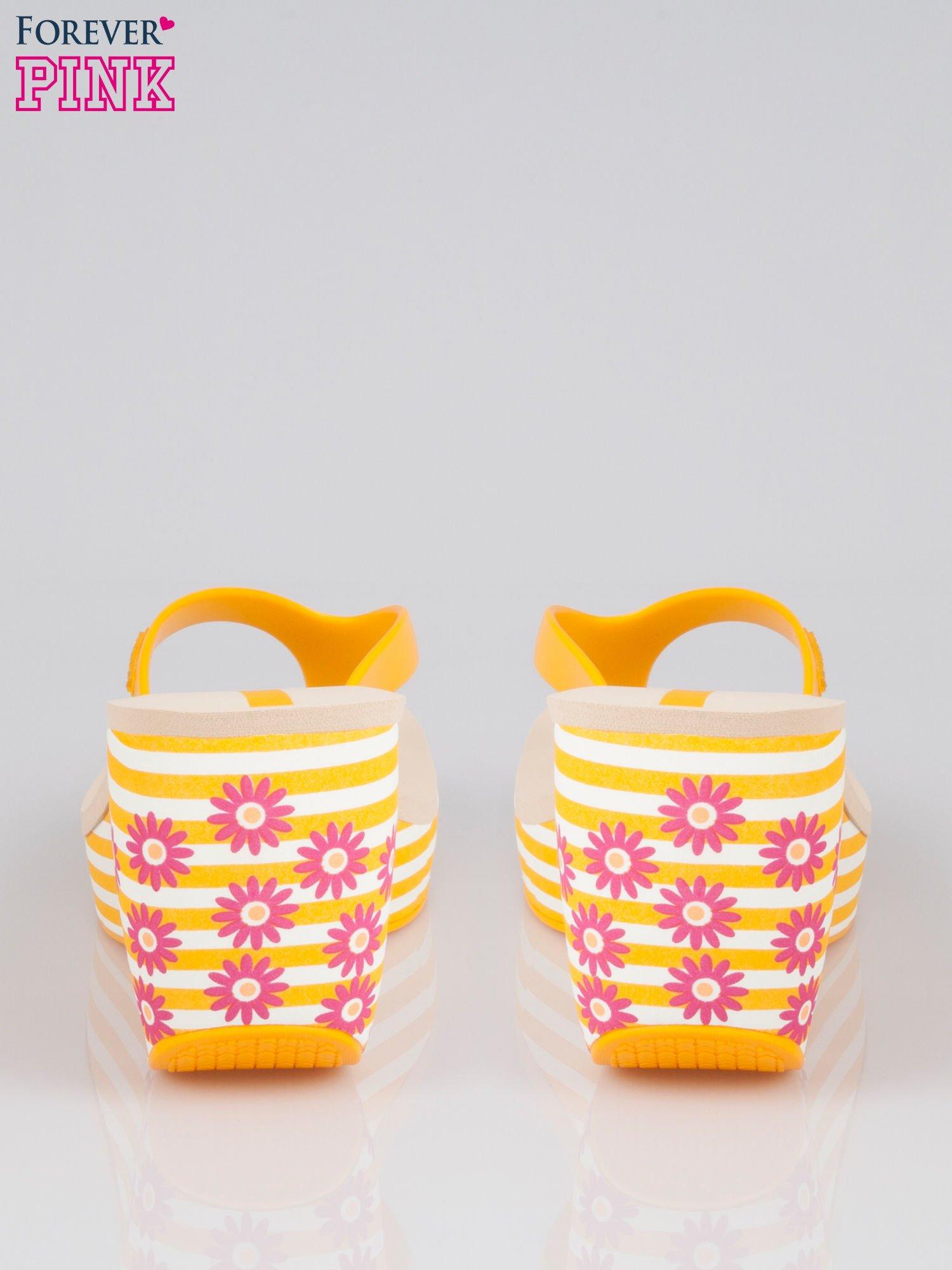 Żółte japonki na koturnie w kwiaty                                  zdj.                                  4