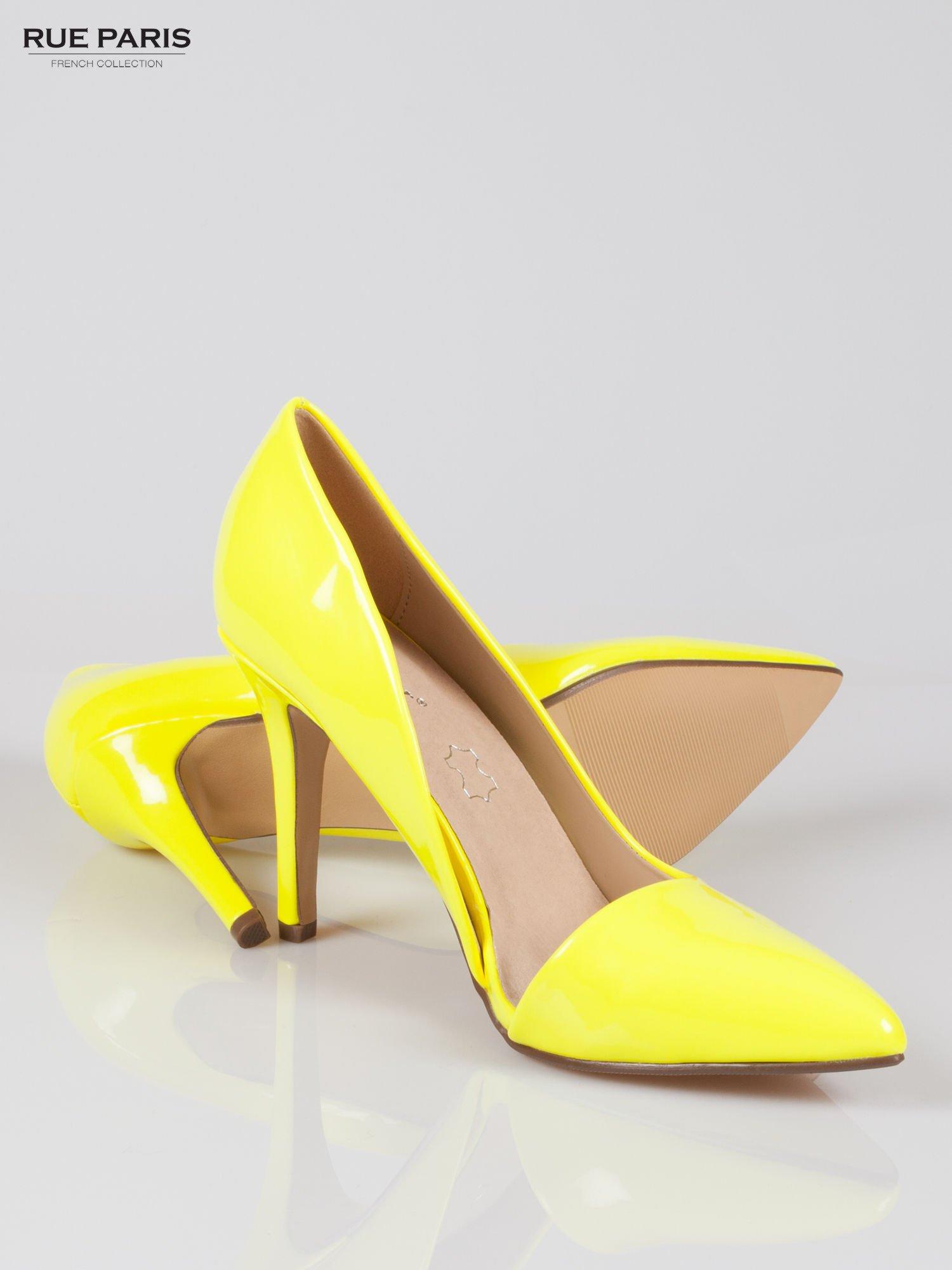 Żółte lakierowane szpilki z wyciętym bokiem                                  zdj.                                  4
