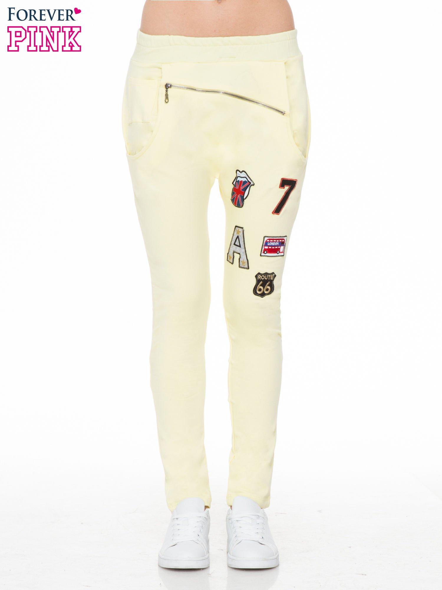 Żółte spodnie dresowe typu baggy z naszywkami                                  zdj.                                  1