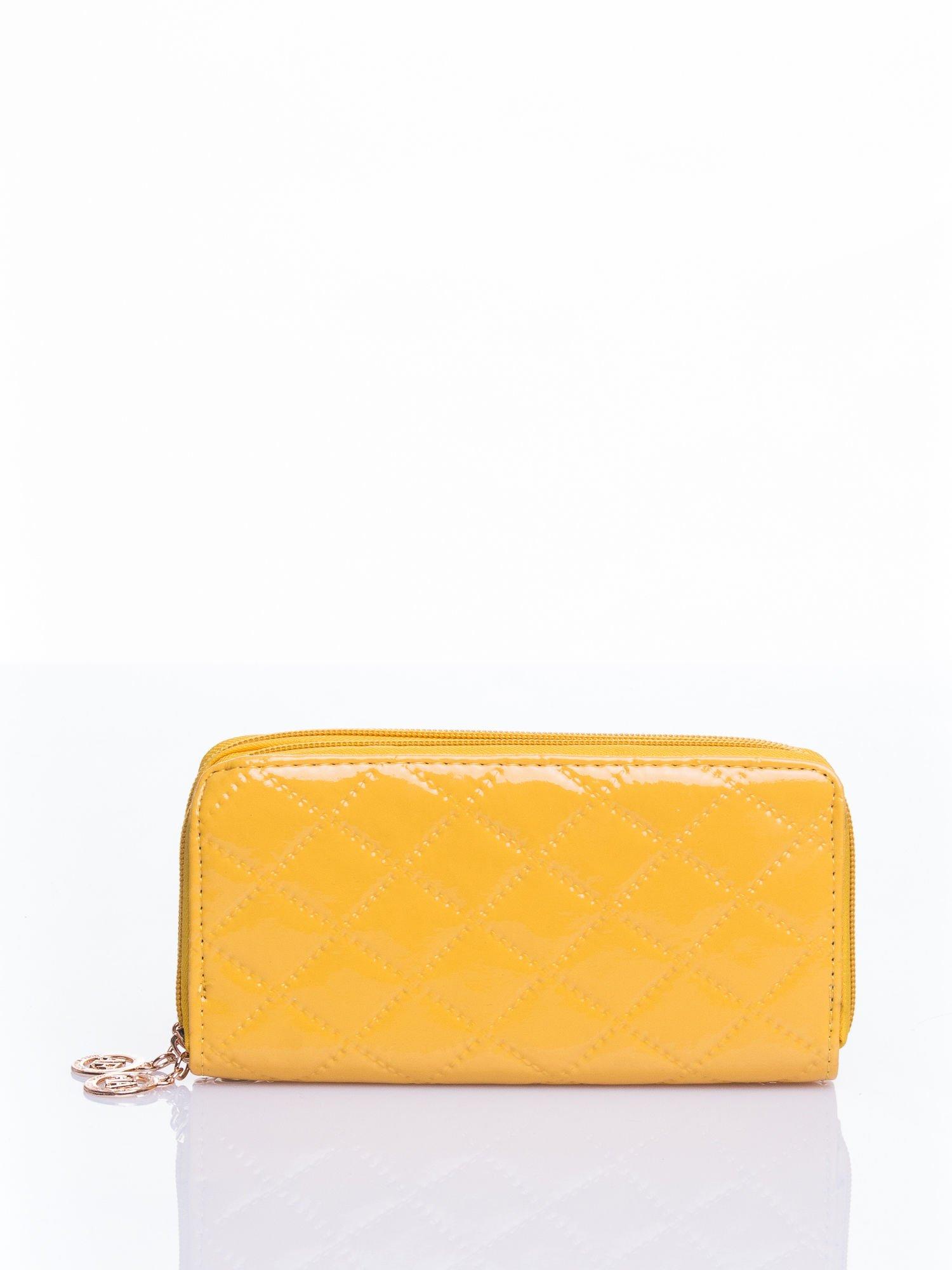 Żółty lakierowany pikowany portfel                                  zdj.                                  3