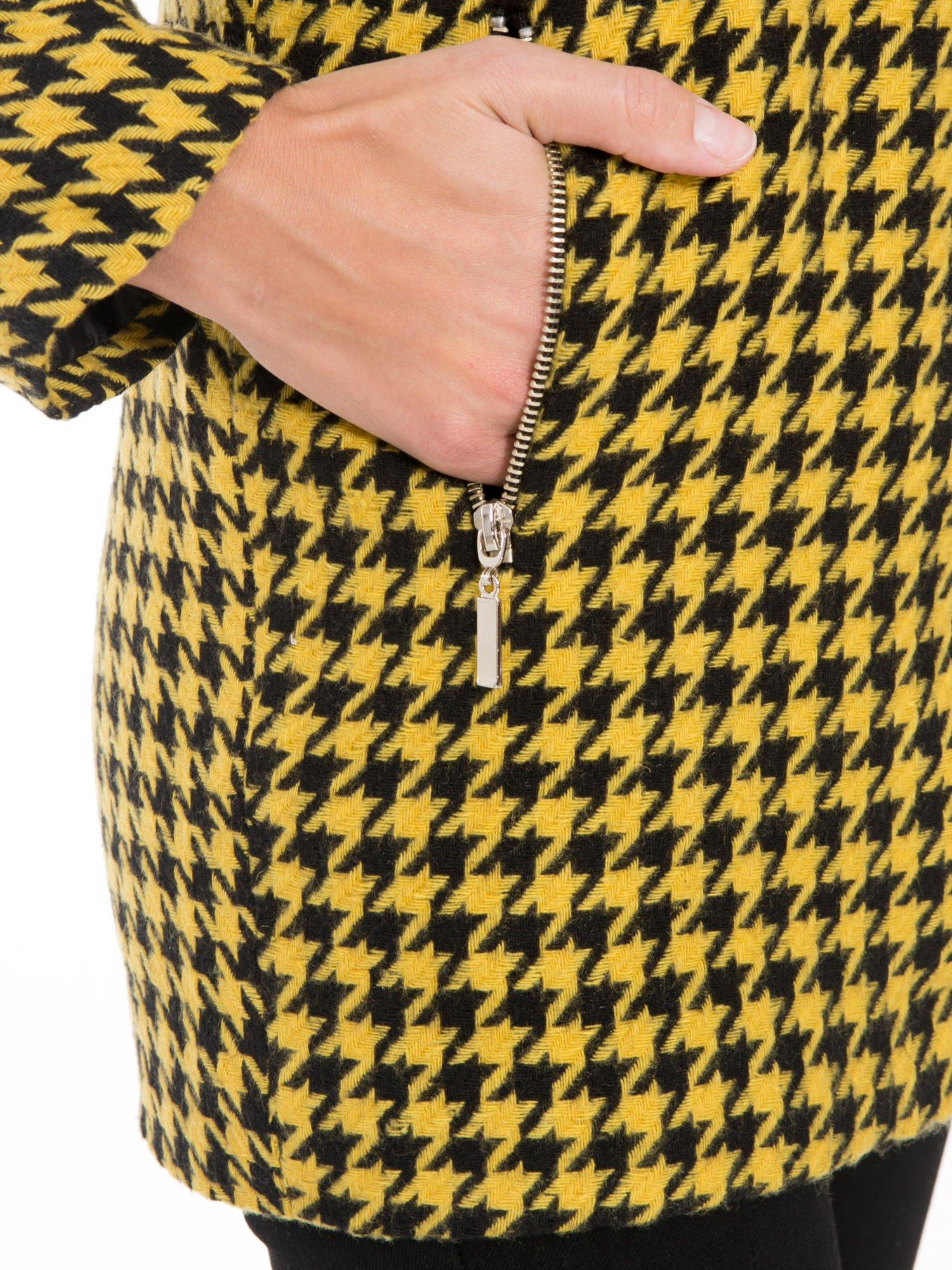 Żółty płaszcz ze skośnym suwakiem we wzór w pepitkę                                  zdj.                                  8