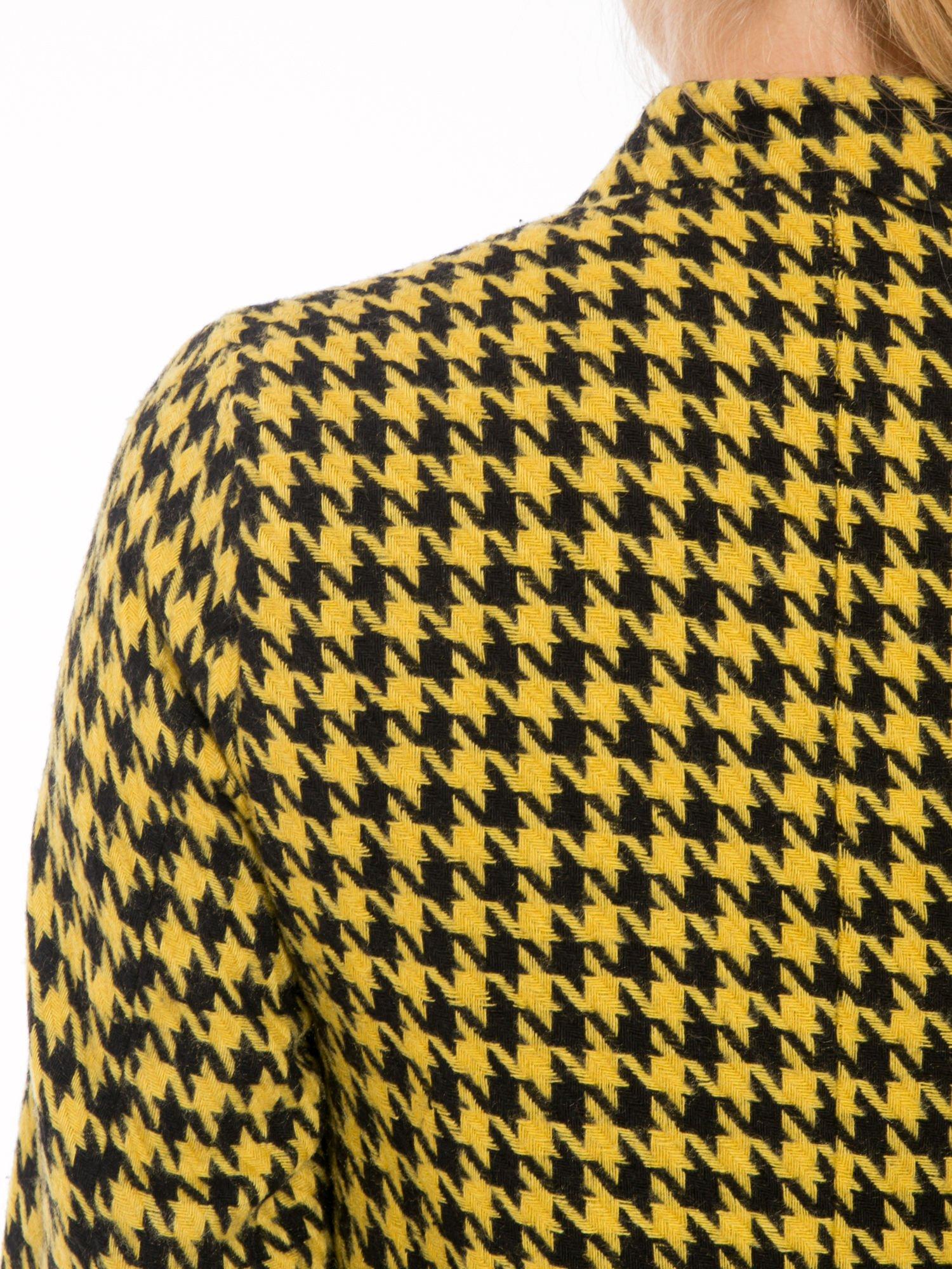 Żółty płaszcz ze skośnym suwakiem we wzór w pepitkę                                  zdj.                                  9