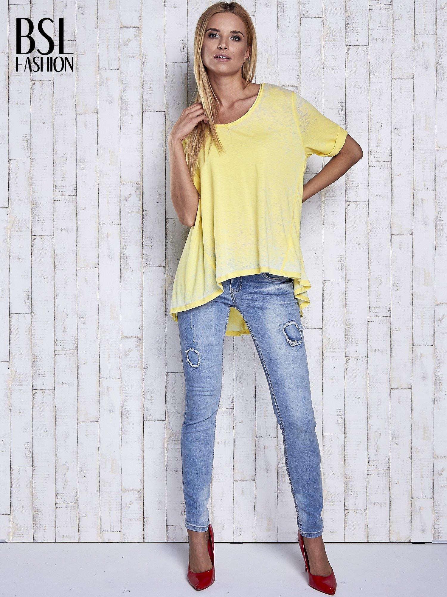 Żółty t-shirt acid wash z szerokim asymetrycznym dołem                                  zdj.                                  2