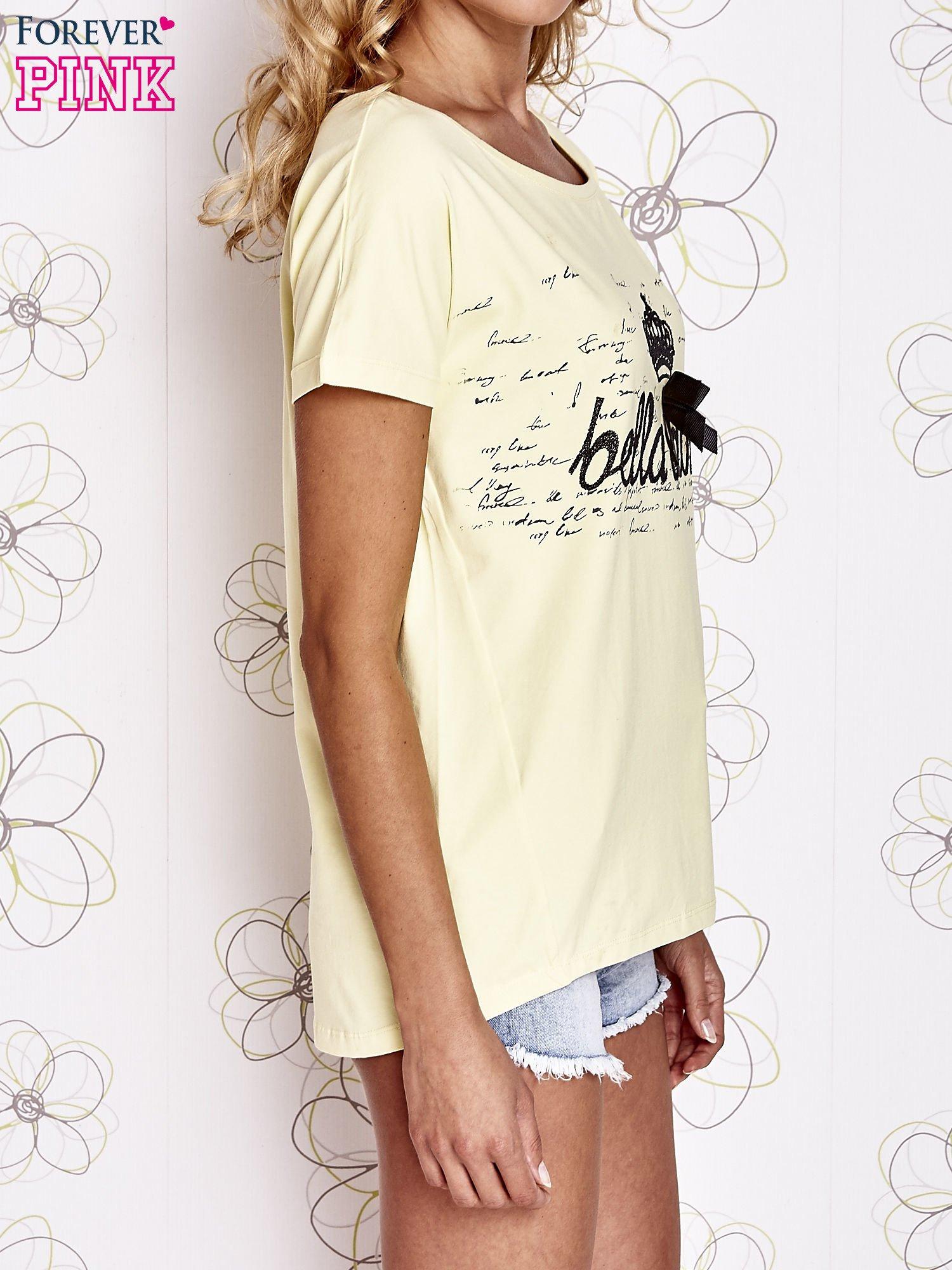 Żółty t-shirt z ozdobnym napisem i kokardą                                  zdj.                                  3