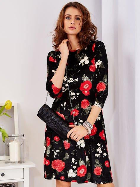 Aksamitna czarna sukienka w kontrastowe kwiaty                              zdj.                              1