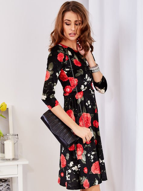 Aksamitna czarna sukienka w kontrastowe kwiaty                              zdj.                              5