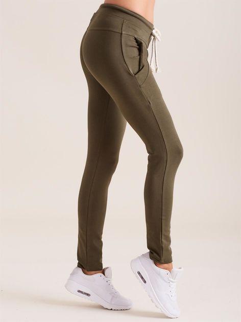 Bawełniane spodnie dresowe z troczkami khaki                              zdj.                              3