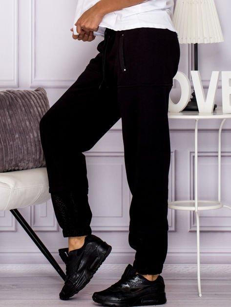 Bawełniane spodnie dresowe z wężowymi wstawkami czarne                                  zdj.                                  5