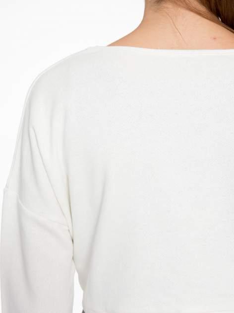 Beżowa bluza cropped ze złotym napisem SELFIE                                  zdj.                                  9