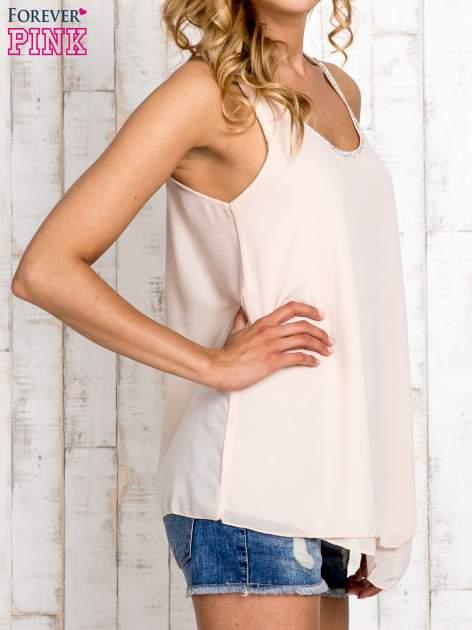 Beżowa bluzka koszulowa z aplikacją przy dekolcie                                  zdj.                                  3