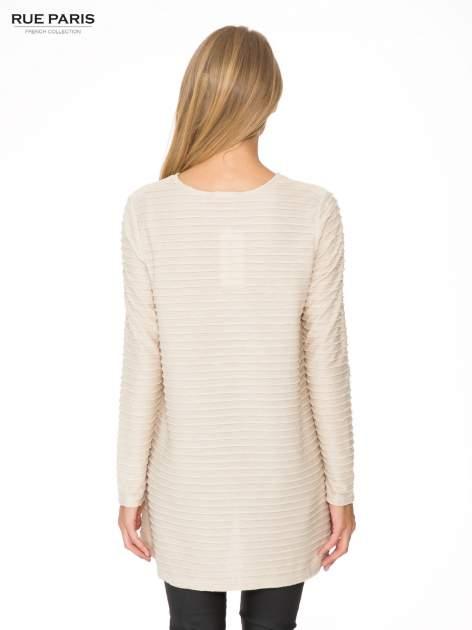 Beżowa dresowa sukienka w prążkowany wzór                                  zdj.                                  5