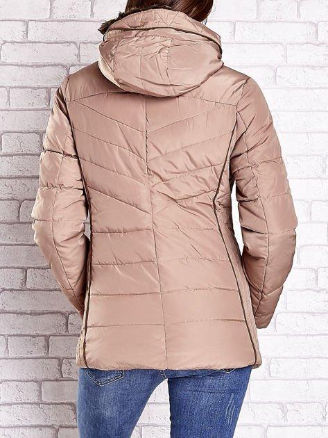 Beżowa kurtka zimowa ze skórzaną lamówką i futrzanym kapturem                              zdj.                              2