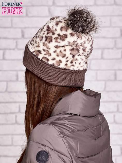 Beżowa pluszowa czapka w panterkę z futrzanym pomponem                                  zdj.                                  3