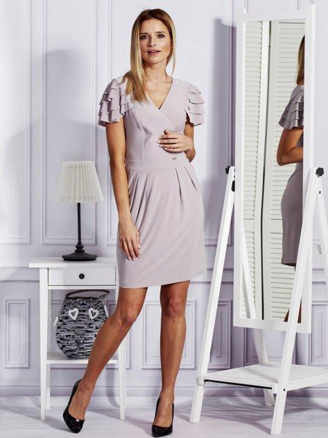 Beżowa sukienka koktajlowa z falbankami na rękawach                              zdj.                              4