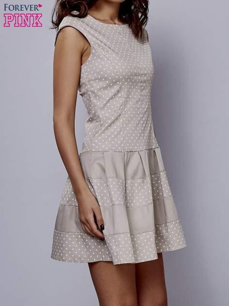 Beżowa sukienka w groszki z kontrafałdami                                  zdj.                                  3