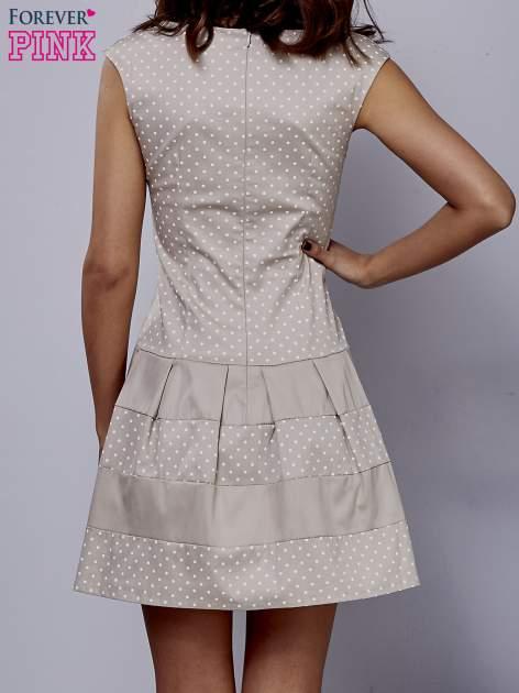 Beżowa sukienka w groszki z kontrafałdami                                  zdj.                                  4