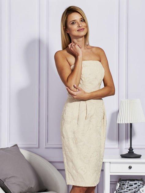 Beżowa sukienka w tłoczony wzór                              zdj.                              3