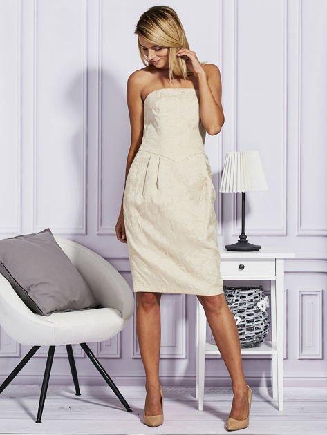 Beżowa sukienka w tłoczony wzór                              zdj.                              4