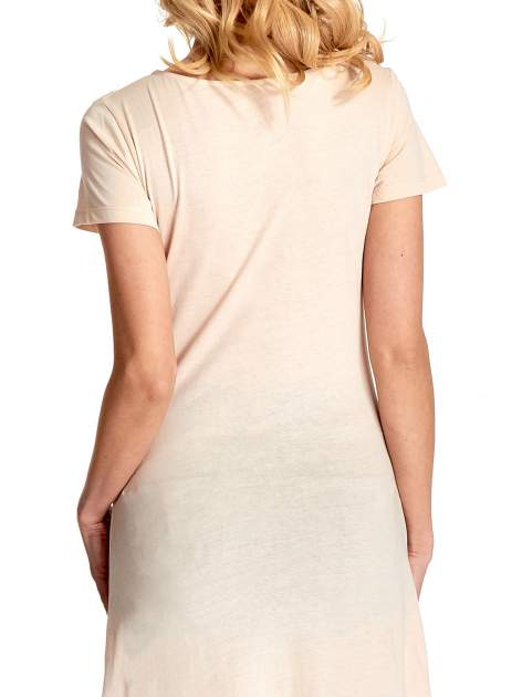 Beżowa sukienka z dłuższym tyłem i napisem INSPIRE THE WORLD                                  zdj.                                  7