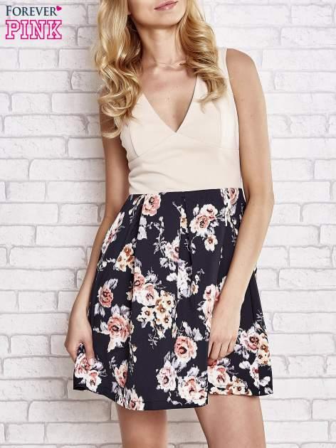 Beżowa sukienka z kwiatowym dołem i z suwakiem z tyłu