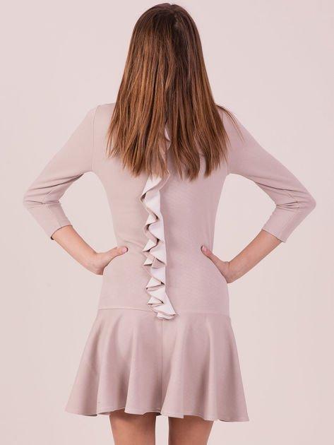 Beżowa sukienka z ozdobną falbaną z tyłu                              zdj.                              3