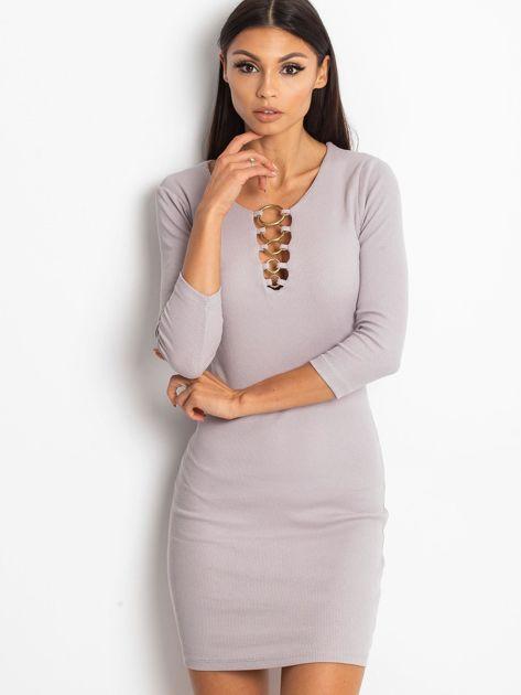 Beżowa sukienka z ozdobnymi kółeczkami przy dekolcie                              zdj.                              1