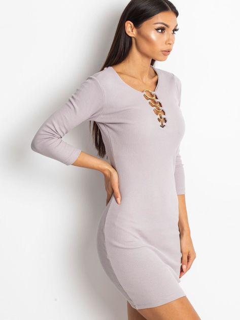 Beżowa sukienka z ozdobnymi kółeczkami przy dekolcie                              zdj.                              2