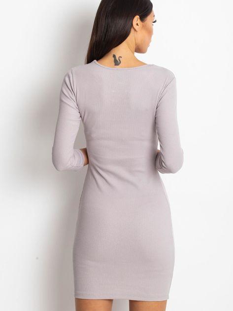 Beżowa sukienka z ozdobnymi kółeczkami przy dekolcie                              zdj.                              3