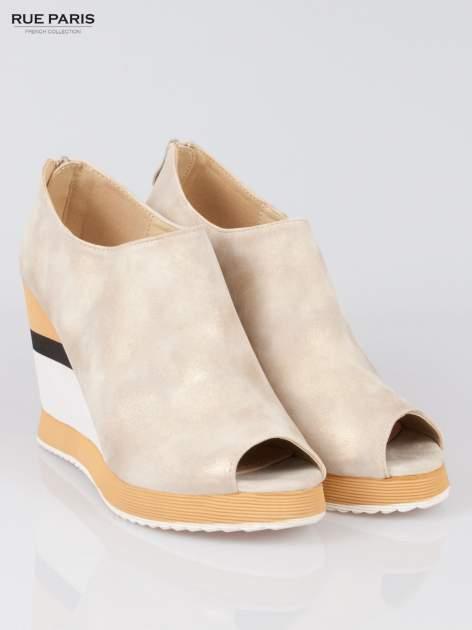 Beżowe buty open toe na koturnie w paski                                  zdj.                                  2