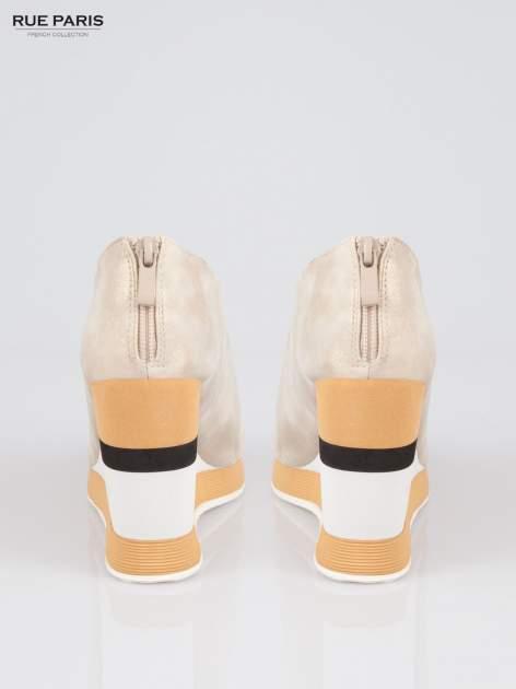 Beżowe buty open toe na koturnie w paski                                  zdj.                                  3