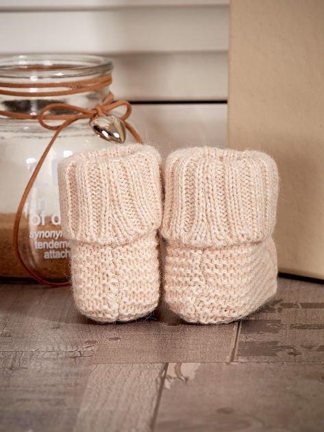 Beżowe dziergane miękkie buciki dziewczęce z diamencikami                              zdj.                              3
