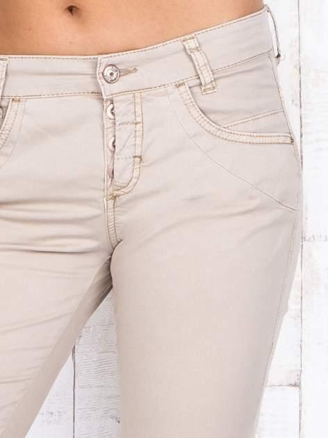 Beżowe materiałowe spodnie regular na guziki                                  zdj.                                  4