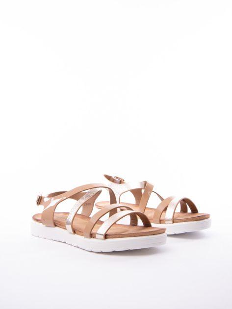 Beżowe sandały SABATINA z lakierowanym paskiem                              zdj.                              2