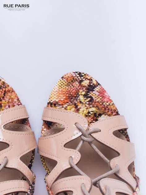 Beżowe sandały gladiatorki z motywem snake print                                  zdj.                                  6