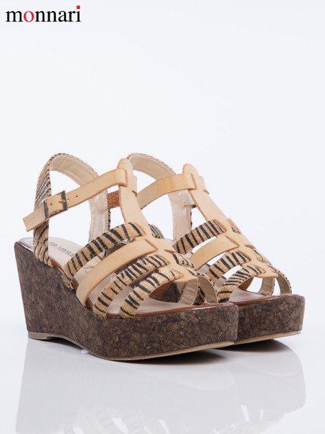 Beżowe sandały na korkowych koturanach Monnari z tygrysim wzorem na paskach                              zdj.                              3