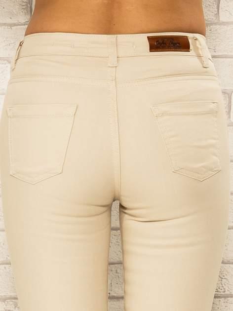 Beżowe spodnie rurki skinny z kieszeniami                                  zdj.                                  5