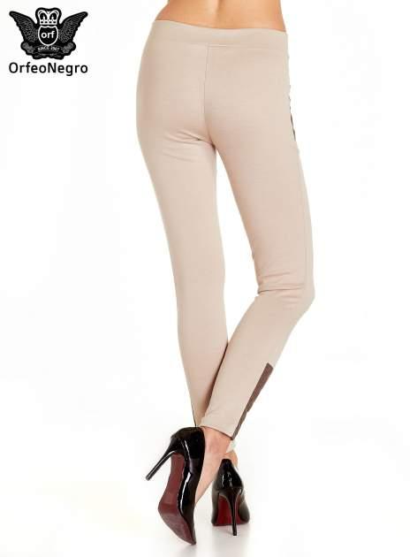 Beżowe spodnie w stylu motocyklowym ze skórzanymi wstawkami i suwakami                                  zdj.                                  4
