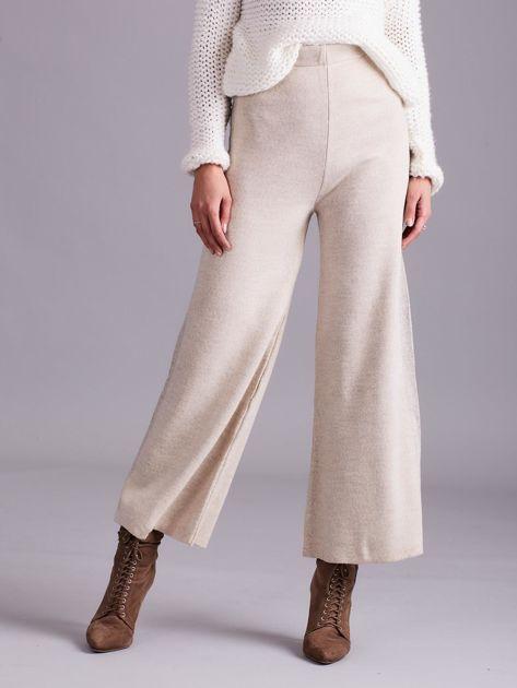 Beżowe szerokie spodnie z dzianiny                              zdj.                              1