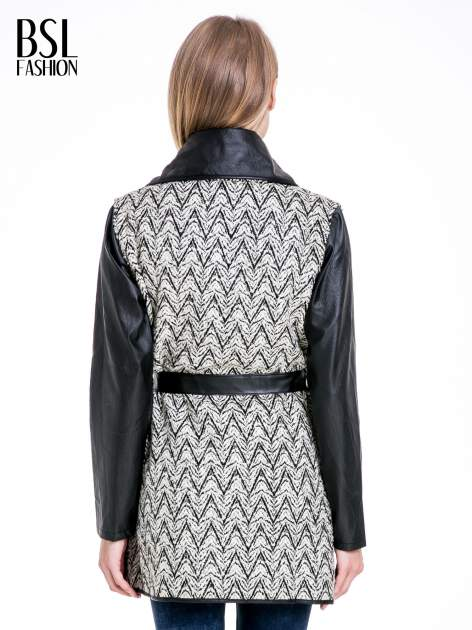 Beżowo-czarny wzorzysty wełniany płaszcz ze skórzanymi rękawami                                  zdj.                                  4