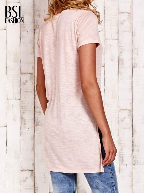 Beżowy długi t-shirt z rozporkami z boku                                  zdj.                                  4