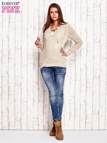 Beżowy dzianinowy sweter z wiązaniem                                  zdj.                                  2