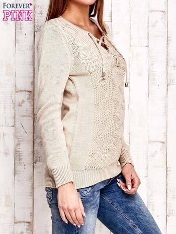 Beżowy dzianinowy sweter z wiązaniem                                  zdj.                                  3