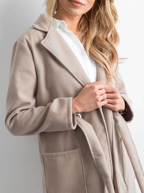 Beżowy flauszowy płaszcz z paskiem                              zdj.                              5