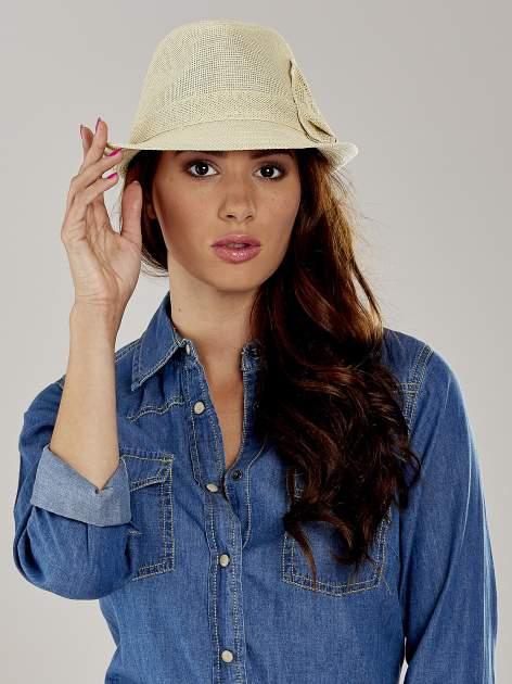 Beżowy kapelusz fedora z ażurową kokardą                                  zdj.                                  1